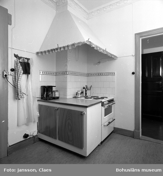"""Enligt uppgift: """"Köket och dörr till serveringsgång mot matsal. I serveringsgången ett äldre skåp""""."""