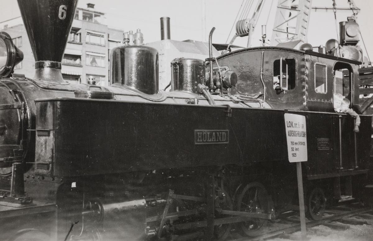 NSBs 100 års jubileumsutstilling i Oslo i september 1954. Aurskog-Hølandbanens damplokomotiv XXIXa 6 HØLAND.