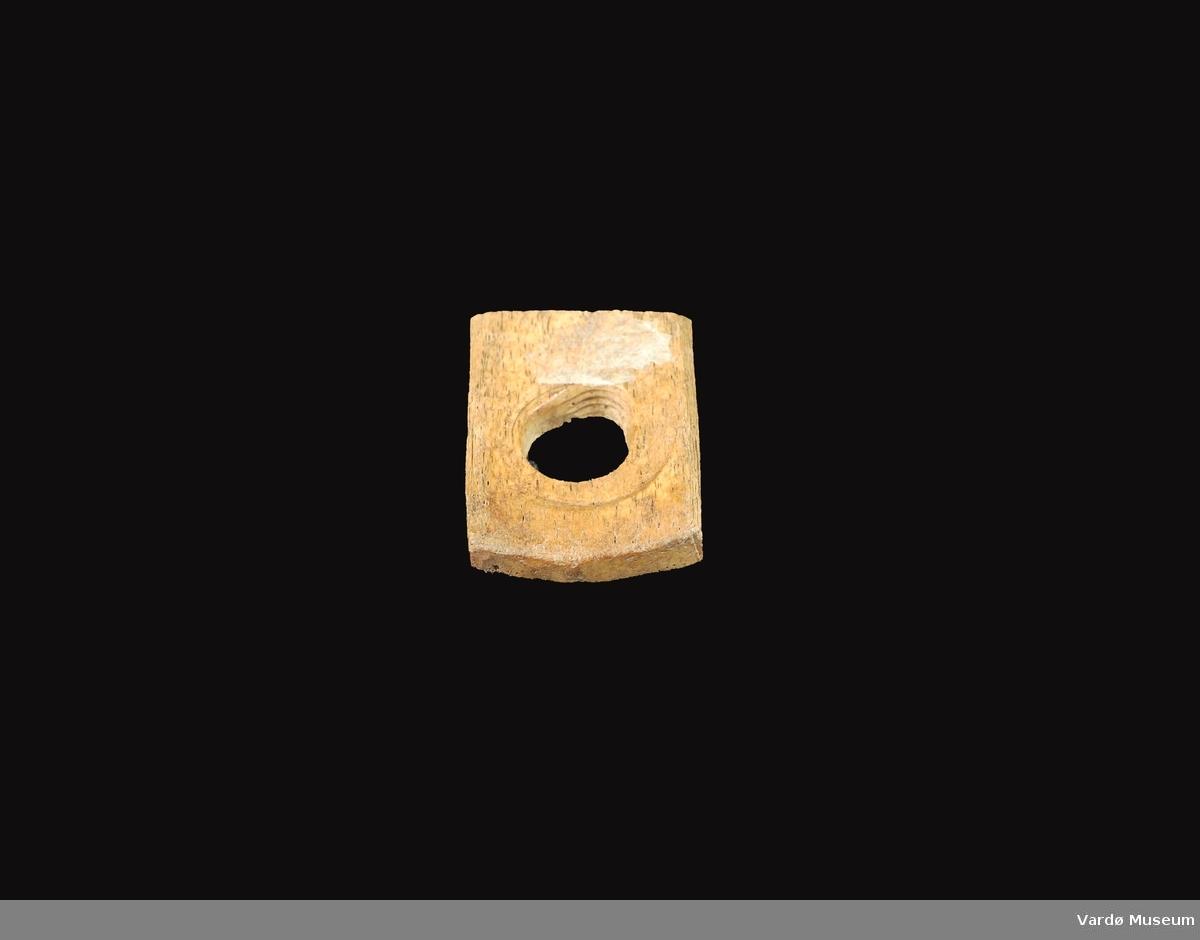 Firkantet og porøs, hull i midten på ca. 2,4 cm i diameter.