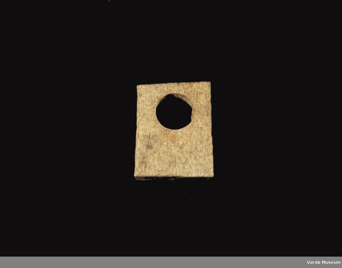 Firkantet og porøs, hull imidten på ca. 2,7 cm i diameter.