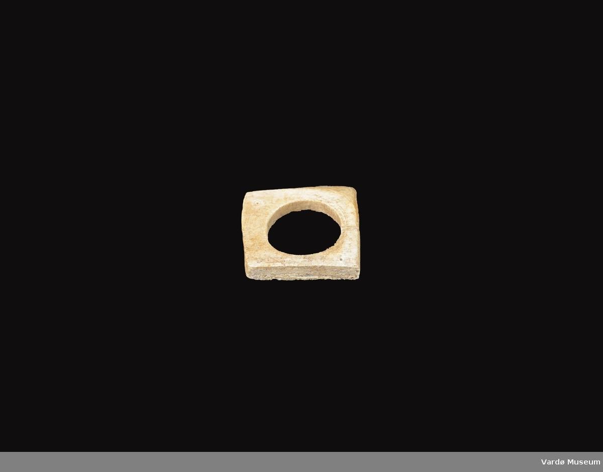 Firkantet og porøs, hull i midten på ca. 3,5 cm i diamanter.