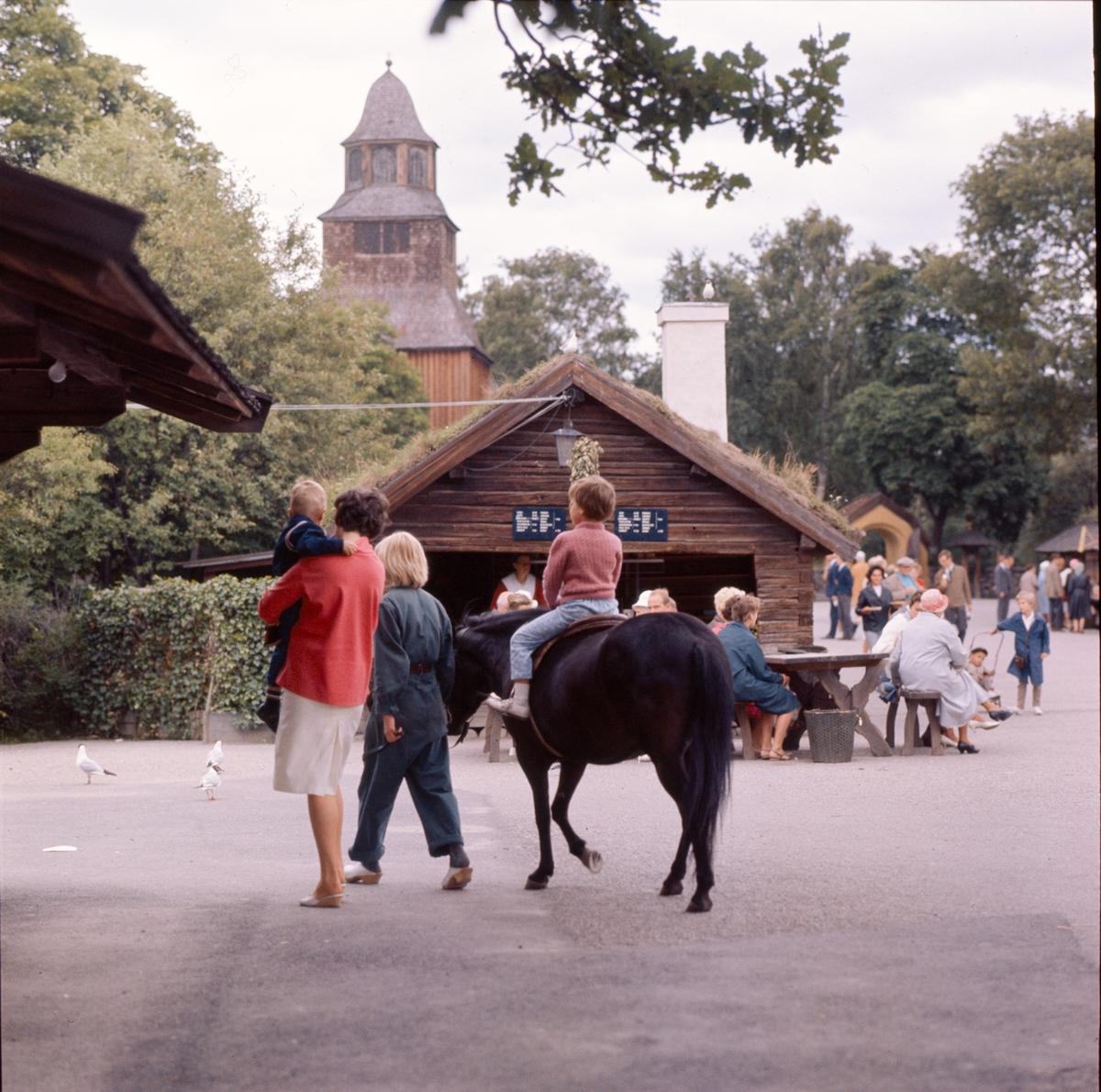 Aktiviteter på Marknadsgatan. Skansens gäster. Gamla krogen, ponnyridning, försäljning.