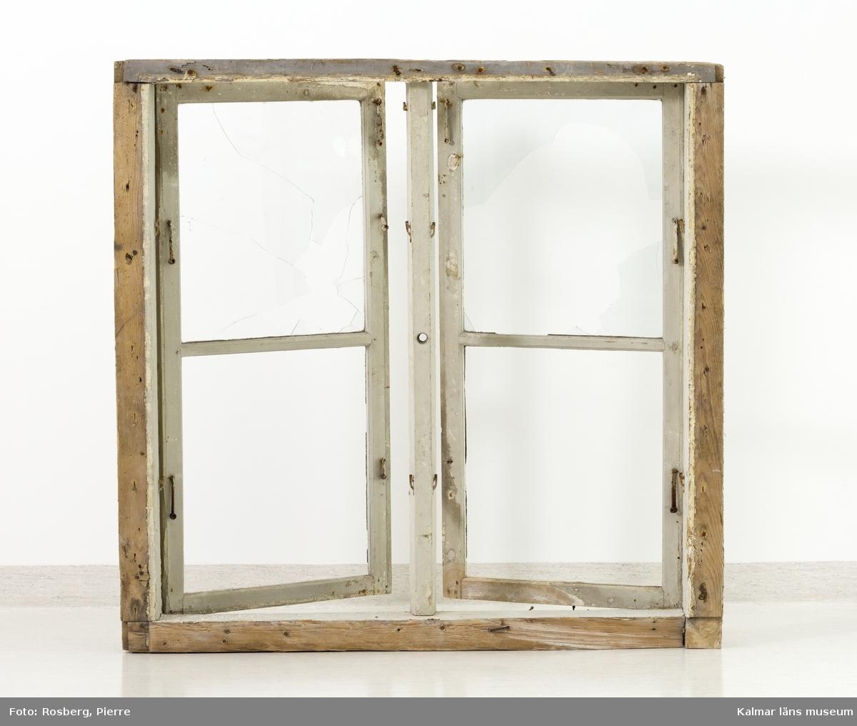 KLM 45928:2. Fönster. Tvåluftsfönster med grå- och vitmålad fönsterbåge och karm. Fönsterfodret saknas, tre vitmålade lister som på fönstrets utsida omgivit fodret finns sparade. Fönsterrutorna är spruckna och delar saknas. Glaset är ofärgat. På fönstrets utsida två stycken rödfärgade fönsterluckor med handsmidda beslag av järn. Dessa är på insidan vitmålade. Luckorna består av en ram med två speglar, varav den övre har en utsågad blomma. Ena fönsterluckan saknar den nedre spegeln.
