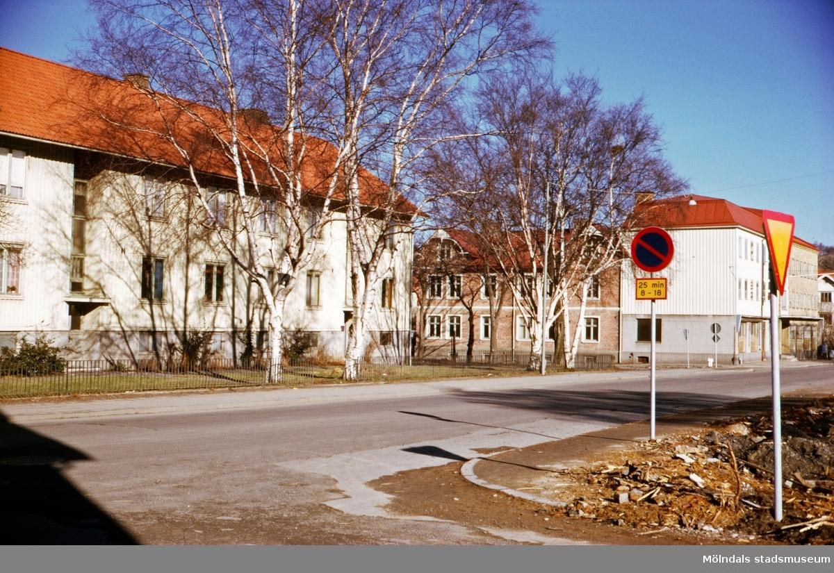 Bostadsbebyggelse vid Frölundagatan i Mölndal, troligen på 1970-talet. Huset till vänster är Frölundagatan 20-22.