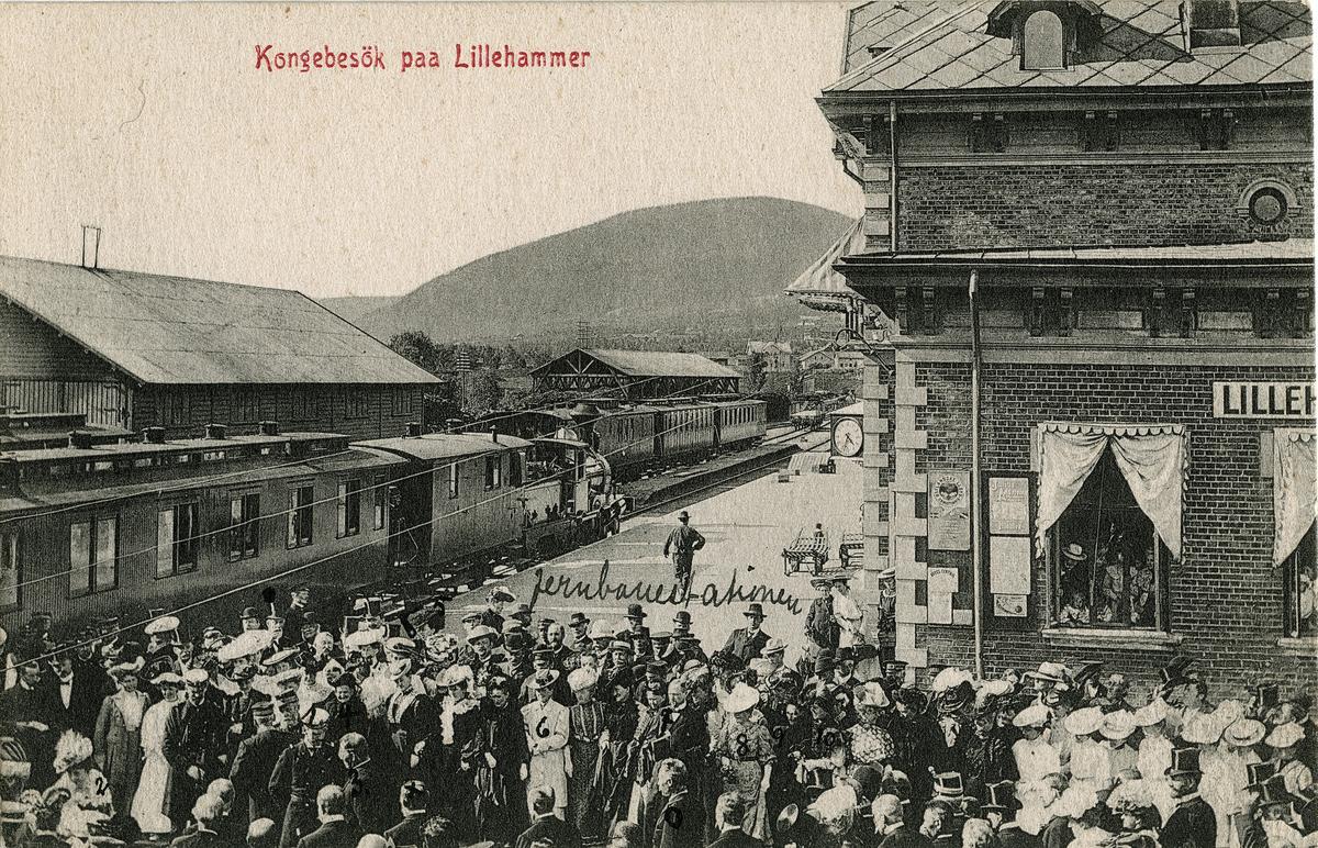 Postkort: Kongen på Lillehammer stasjon ved kroningsreisen i 1906