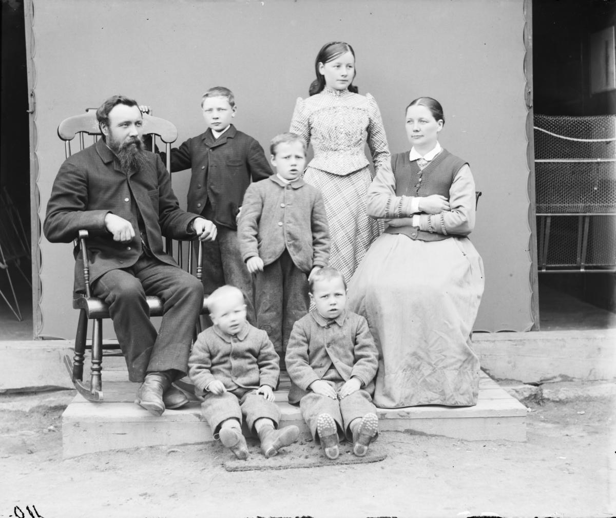 Christian A. Hjelter, (f 28.03.1850 - d 1926) fra Sjåk med familie. Gift 1875 med Magnhild Rolvsdtatter fra Sygard Kvåle. De fikk 11 barn i tidsrommet 1876-1899. Christian var gardeiger, hotelleiger og politiker og ordfører i to perioder 1882-83 og 1892-93.