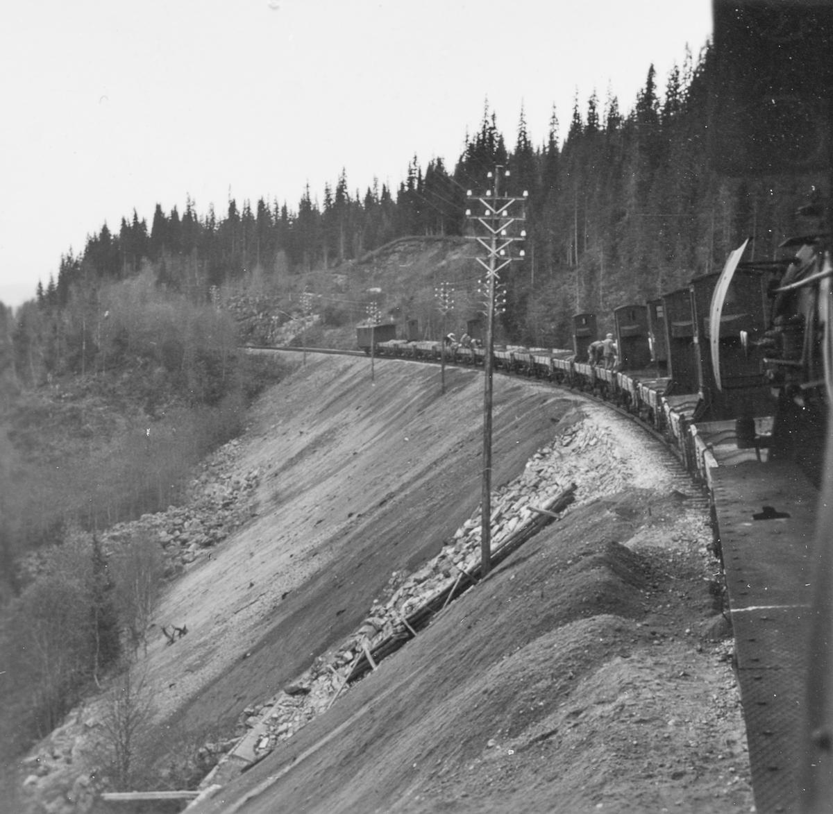 Grustog på Nordlandsbanen trukket av damplokomotiv type 63a nr. 2343. Grusen er hentet fra Spølrem grustak mellom Laksfors og Eiterstraum stasjoner på Nordlandsbanen.  Grusen losses med håndmakt.