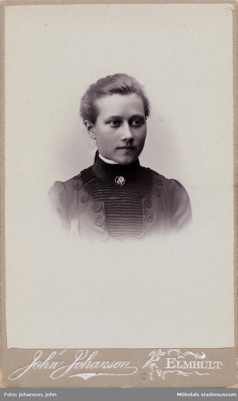 Porträttfotografi av Hilda Ny (1883 - 1966), senare gift Börjesson, därefter Hallgren. Fotografiet är taget ca 1903.