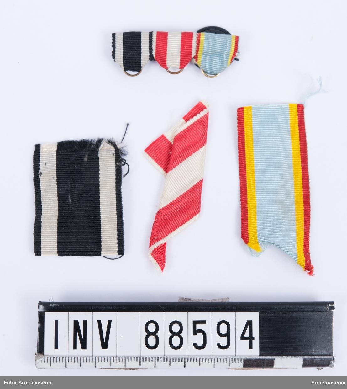 Tre lösa medaljband och monterade medaljband till miniatyrmedaljer. 1. Järnkorset av II klassen, svart-vitt band. 2. Hansakorset från staden Hamburg, rött och vitt band. 3. Militärförtjänstkorset från Mecklenburg-Schwerin, rött, gult och ljusblått band.
