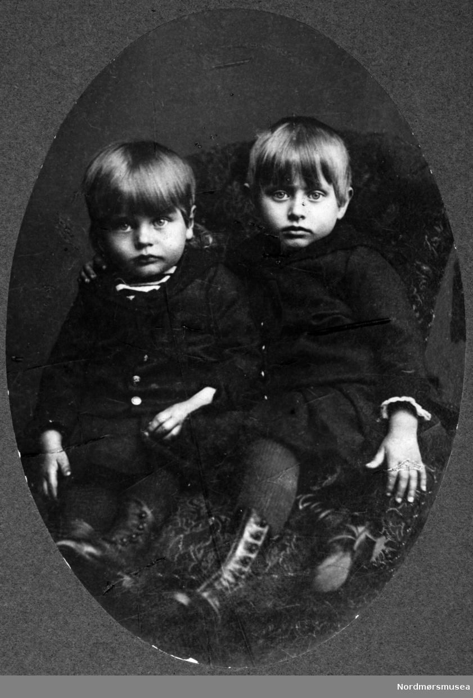 Foto fra to av barna til August Benjamin Bjørn. Arkivskapere er Jeanette Møllerop (f. 1885) og byfogd August Benjamin Bjørn (f. 1853). Det er Ellen Sirnæs som har i 2018 donert fotografiene. Fra Nordmøre museums fotosamlinger.
