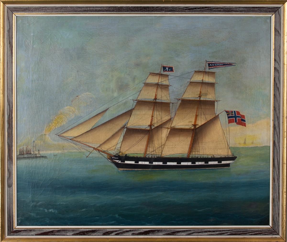 Skipsportrett av briggen AUGUST med full seilføring. Til venstre i bakgrunnen er innseilingen til Napoli med røyk fra vulkanen Vesuv. Skipet har malte kanonporter og fører vimpel med skipets navn og vimpel på fortoppen med kjenningssignal X126.