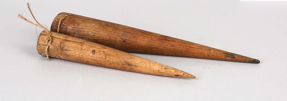 Pren. Glatt konisk gjenstand av tre med en spiss og en butt ende. Brukes til å splitte kordeller i tauverk. Med hull igjennom den butte delen.