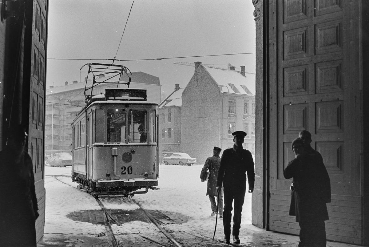 Utflukt med veterantrikker i Trondheim. Sporvognen kjøres inn i trikkestallen.