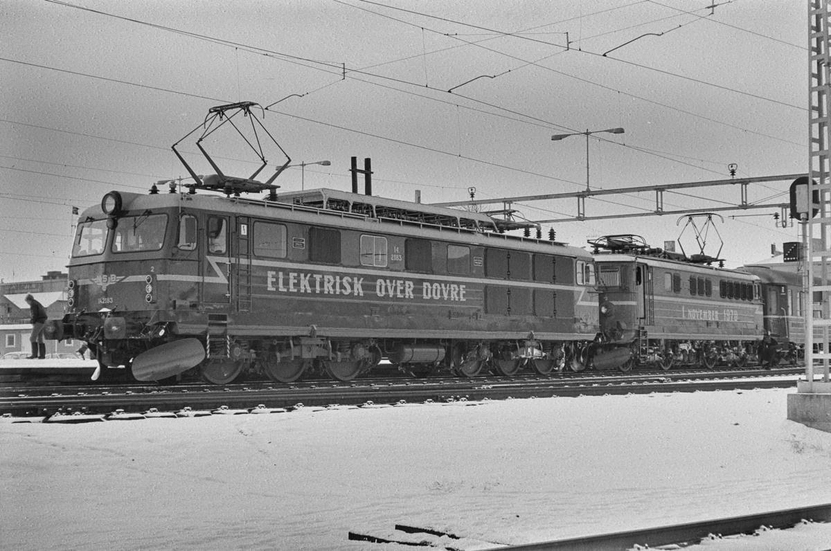 Åpning av Dovrebanen for elektrisk drift. Åpningstoget kjører inn på stasjonen, trukket av El 14 nr. 2183 og El 13 2163.