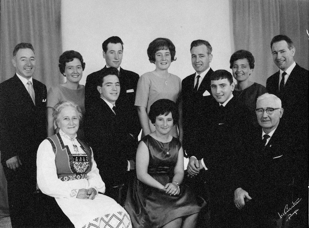 Familien til Lovise Henriette f. Aarbakke og Ingebret Serigstad. Framme f.v. : Mor Lovise Henriette Serigstad f. Aarbakke (30.5.1903 - 25.5.1996) i Hardangerbunad, Ruth Serigstad g. Sæther (11.2.1952 - ) og far Ingebret Serigstad (9.1.1899 - 3.2.1986). I midten f.v. : Leif Karluf Serigstad (26.6.1943 - ) og Sven Gudmund Serigstad (1.4.1948 - ). Bak f.v. : Jon Serigstad (8.2.1925 - 31.12.2004), Ingfrid Lillian Serigstad g. Serigstad (1.6.1937 - ), Harald Ingebret Serigstad (24.3.1939 - ), Brit Solveig Serigstad g. Thu (24.7.1945 - ), Magnus Serigstad 3.7.1928 - 21.8.1998), Augunn Serigstad g. Thormodsæter (10.6.1930 - 29.4.2019) og Anders I. Serigstad (15.9.1926 - 19.12.2015)