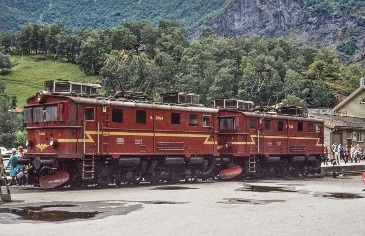 Elektriske lokomotiver type El 9 nr. 2064 og 2063 på Flåm stasjon.