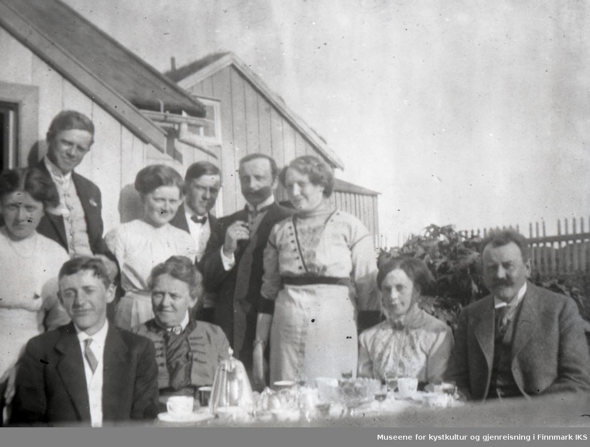 Nordvågen. Hageselskap hos familien Bjarne Berg på Nordvågholmen. Juli 1913.