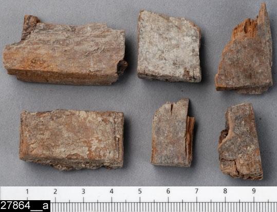 Anmärkningar: Badelunda sn, Tuna undersökt 1952-1953 Kärl, från kammargrav daterad till äldre järnålder ca 300 e.Kr. (Romersk järnålder).  Laggkärl av trä från grav X. 6 fragment, nederdelar av stavar med spår av fals för bottnen (bild 27864__b). Största H 44 mm Br 24 mm  Litteratur6 Nylén, E. & Schönbäck, B. 1994. Tuna i Badelunda. Guld kvinnor båtar II. Västerås kulturnämnds skriftserie 30. Västerås. s 157 ff, 200 Nylén, E. & Schönbäck, B. 1994. Tuna i Badelunda. Guld kvinnor båtar I. Västerås kulturnämnds skriftserie 27. Västerås. s 18 ff