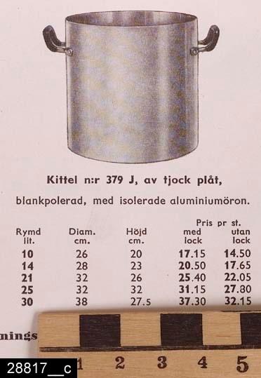 """Anmärkningar: Kittel, 1940-tal.  Rund kittel med två handtag och handtagsförsett lock. Samtliga handtag är isolerade. På handtaget finns stämplar i form av en krona samt texten """"SKULTUNA 1607 32CM"""". Till höger om det ena handtaget finns stämplar i form av en krona samt texten """"SKULTUNA 1607 21L"""" (bild 28817__b). Kring det ena handtaget hänger en lapp med texten """"SKULTUNAKÄRL"""". Kitteln är avbildad i kataloger från Skultuna från 1940-talen. I en katalog från 1943 framgår det att kitteln kostade 25,40 kronor (bild 28817__c). H:310 D:340 Br:420 (avser måttet diameter samt handtagens mått)  Tillstånd: Nyskick.  Historik: Gåva från SAPA AB, Division Service, 2002. Föremålet stod i ett skyddsrum på bruksområdet i Skultuna."""