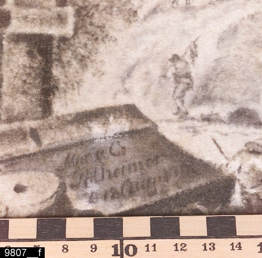"""Anmärkningar: Sybord, Karl Johan stil, omkring 1900.  Rektangulär överdel med snedställda kanter. En draglåda undertill. Under draglådan står det """"Reparerad efter skada vid sprängning den 16/3 1961 E. Carlsson."""" (bild 9807__c). Ben i form av lyror med genombruten dekor (bild 9807__d). Utåtsvängda fötter. En slå binder samman fötterna. En skärm på baksidan som går att fälla upp, höjden blir då 1120 mm (bild 9807__b). Skärmen är på vardera sida försedd med ett broderat motiv. På den ena sidan finns ett landskapsmotiv med antik arkitektur och figurer (bild 9807__e). På ett stenblock i motivet står det """"Maria C Polheimer D 18 Aug"""" (därefter är texten otydbar, möjligen står det 17 eller 18, bild 9807__f). På den andra sidan finns ett flodmotiv med hyddor, båtar och en väderkvarn (bild 9807__g). Intill ett av träden i motivet finns signaturen och dateringen """"MC Polheimer 11/3 1791"""" (bild 9807__h). H:720 Br:490 Dj:265  Bordet är tillverkat omkring 1900 i stilen Karl Johan. Skärmarna är gjorda vid tidpunkten för sin signering och datering. När bordet tillverkades har man alltså tagit de äldre skärmarna och satt samman dem med bordet. Vad som hänt med bordet 1961 är oklart, men sannolikt betsades det då.  Tillstånd: En kant på överdelen är trasig.  Historik: Gåva av Grevinnan Anne-Margrethe Cronstedt, Fullerö, Barkarö sn."""
