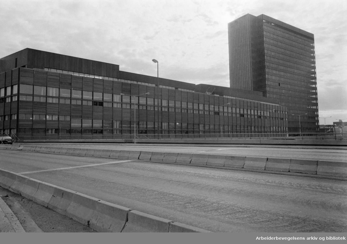 Postgirobygget og Jernbaneposthuset. August 1975