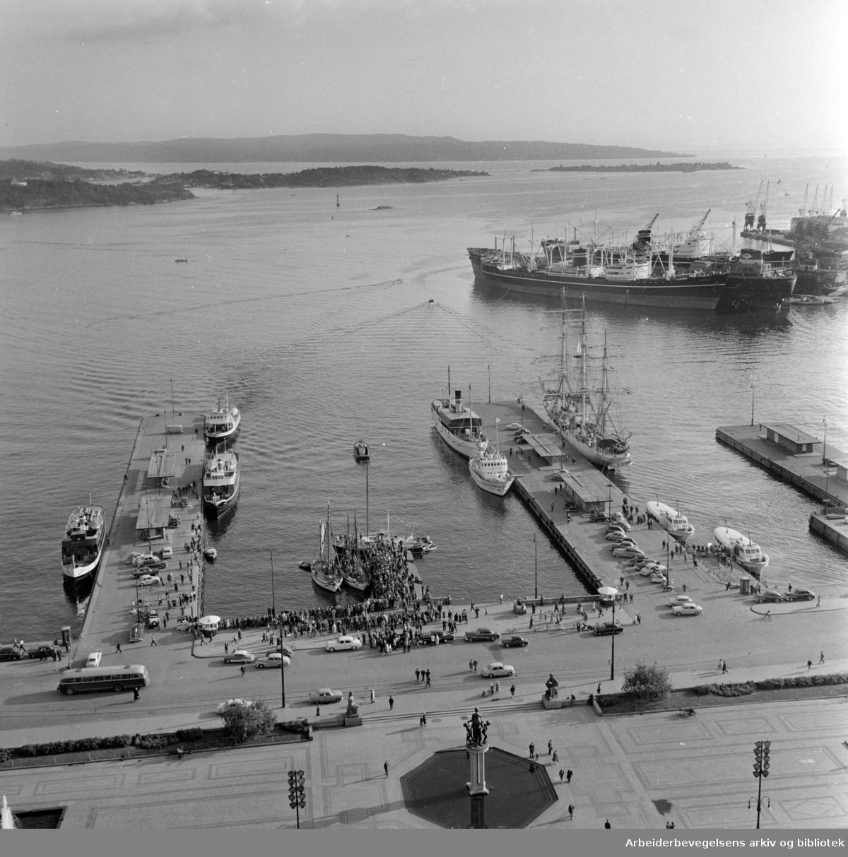 Rådhuset: Utsikten over Rådhusplassen og havna. Juni 1960