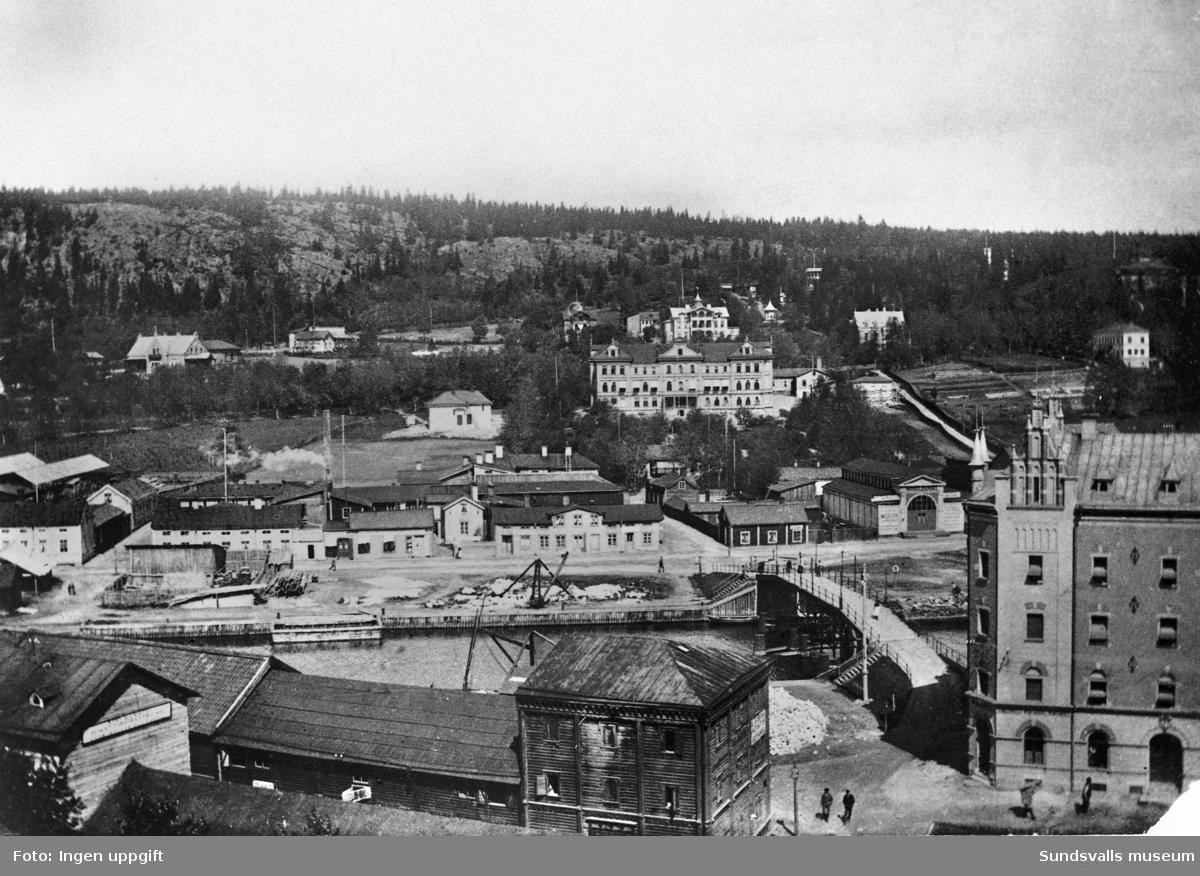 Utsikt från söder mot Norrmalm. Den stora vita byggnaden i sluttningen mot Norra stadsberget är Medelpads Lazarett (uppfört 1873-75). Byggnaden flyttades 1907 till Baldersvägen(blev där sanatorium) och ersattes av en ny större sjukhusbyggnad i sten.