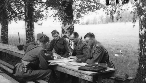 Thorson, överste, A 6 inspekterar kårmätbatteriet.