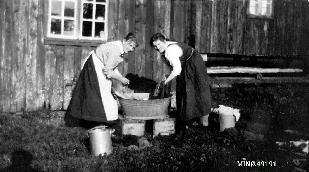 1b692a9f 2 kvinner vasker klær i balje ute. - Anno Musea i Nord-Østerdalen ...