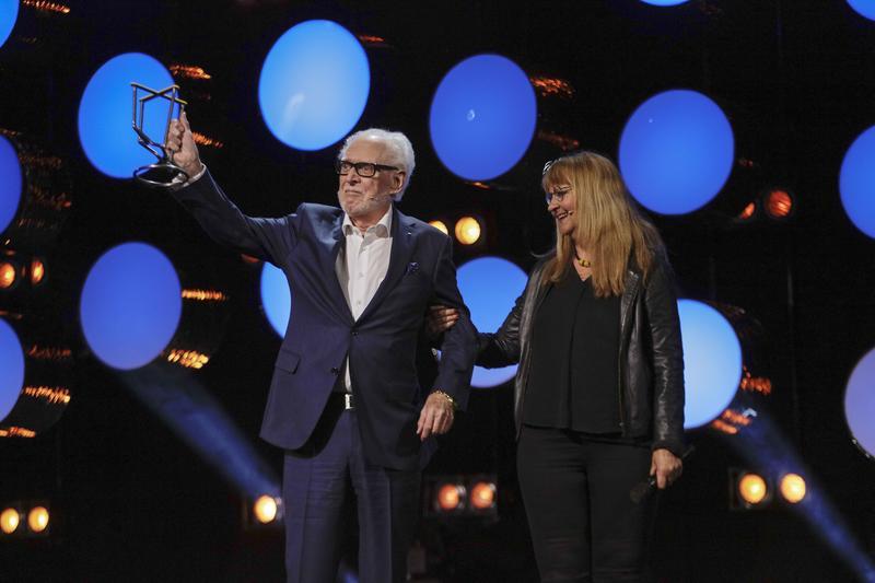 Barry Matheson mottar Rockheims ærespris av direktør Sissel Guttormsen. (Foto/Photo)