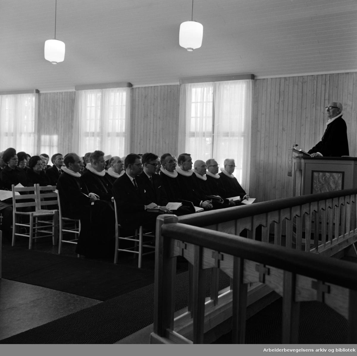 Prinsdal. Interimskirke for Prinsdal og Hauketo innvidd..På prekestolen står biskop Johannes Smemo. Desember 1966