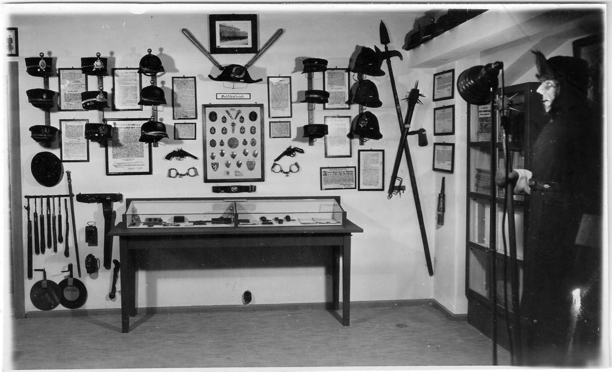 Foto fra kjelleren på politikammeret der Trondheim Politimuseum var huset. Bildene er sannsynligvis fra perioden 1935-1947.