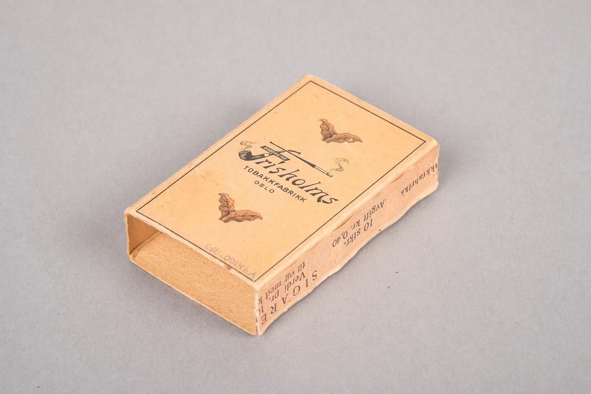 Fire tobakksblader, to og to sammen. Fabrikklogo mellom tobakksbladene. F'en i logoen er tegnet som en pipe og en sigarett. Forsiden av esken har motiv av et tobakksblad.