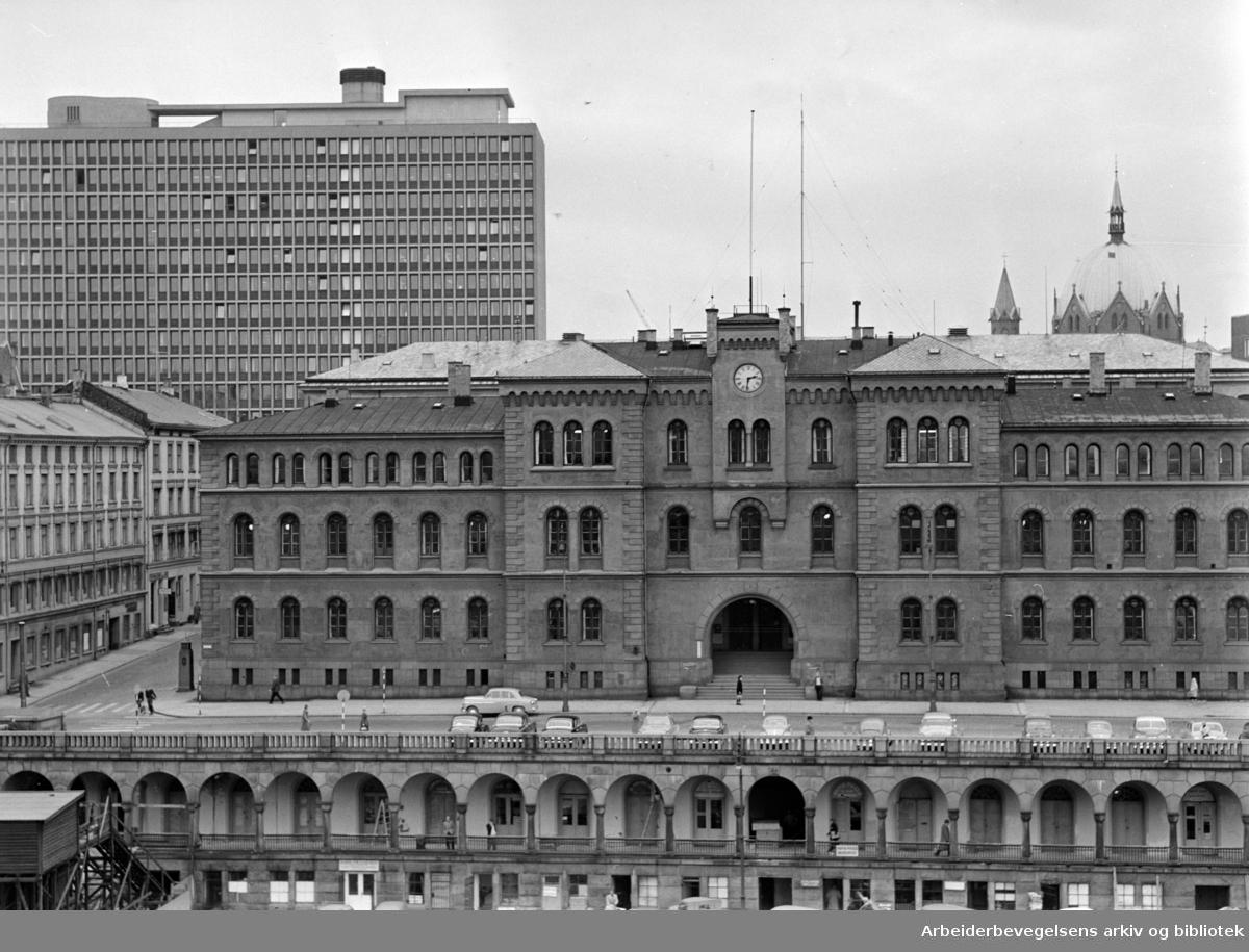 Møllergata 19. med regjeringsbygget bak. Oktober 1960