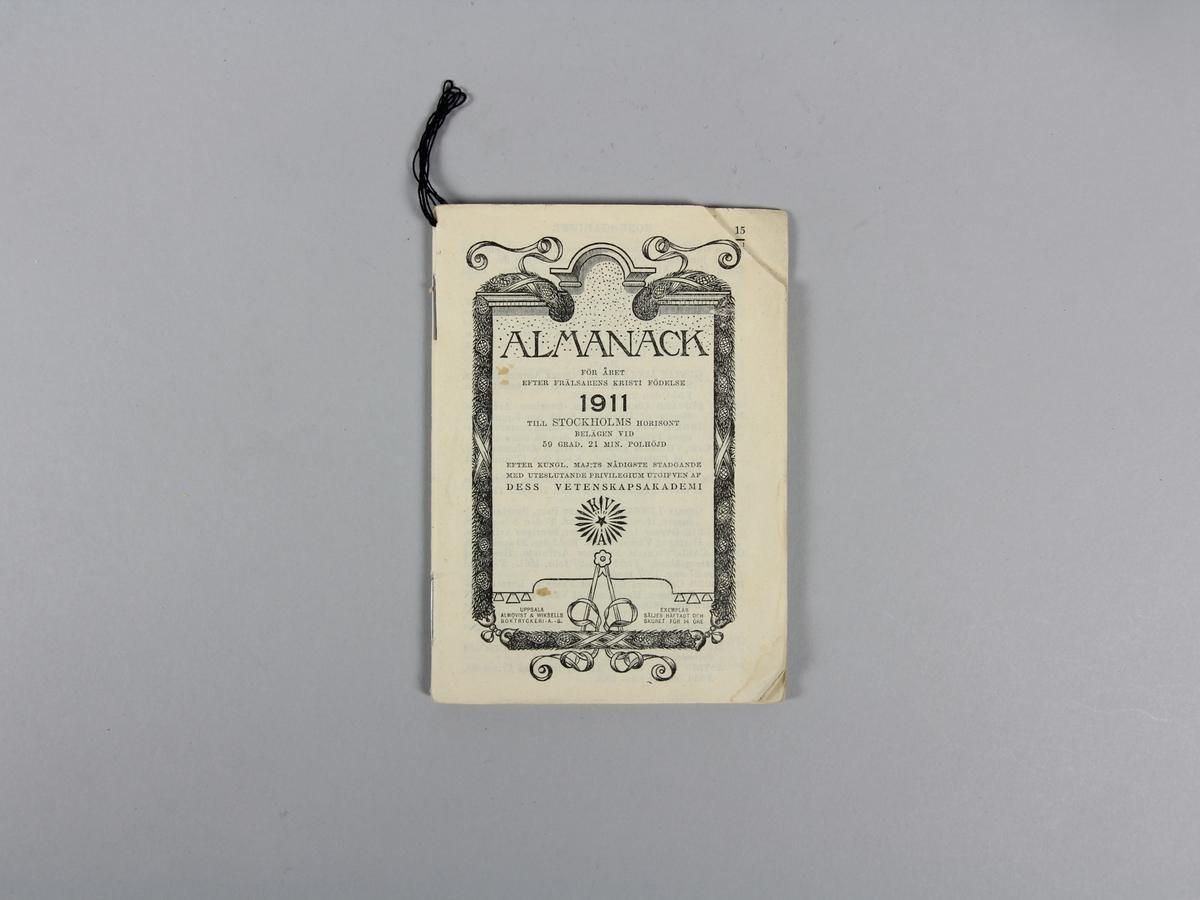 Almanacka avseende år 1911. Häftad och skuren. 40 numrerade sidor. Svart tryck. Hörnen avskurna på sid 1-14. Sidan mellan 24 och 25 bortriven. Innehåller förutom almanacka artikel om Tänderna och deras vård, 1911 års marknader, Postförsändelser med mera. I ena hörnet sekundärt, men samtida, snöre för upphängning. Vissa anteckningar och uträkningar med blyerts eller bläck.
