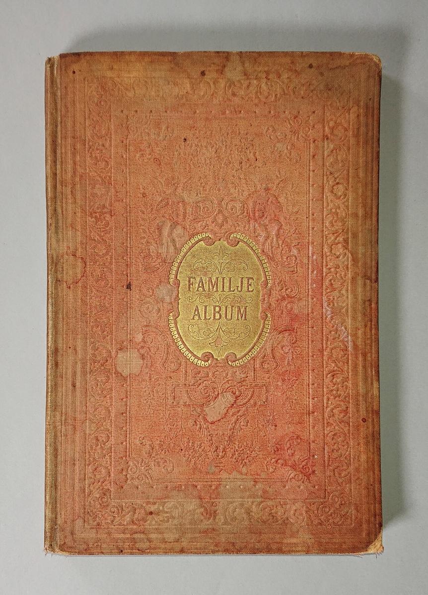 """Album, familjealbum, med röda tygpärmar med pressad dekor och guldfärgade ornament. På pärmens framsida växt- och beslagsornament och två keruber. På bakre pärmen bård med växtslingor. Invändigt tryckta texter av olika författare och på vissa sidor utrymme att själv skriva  under rubrik """"Minnen från förlofning och bröllop"""" samt """"Slägtingars och vänners blad"""". Under den senare rubriken har Jenny Nelson gjort anteckningar om sin familj och syskon. (Hon var svärdotter till poststationsföreståndaren i Virserum.)"""