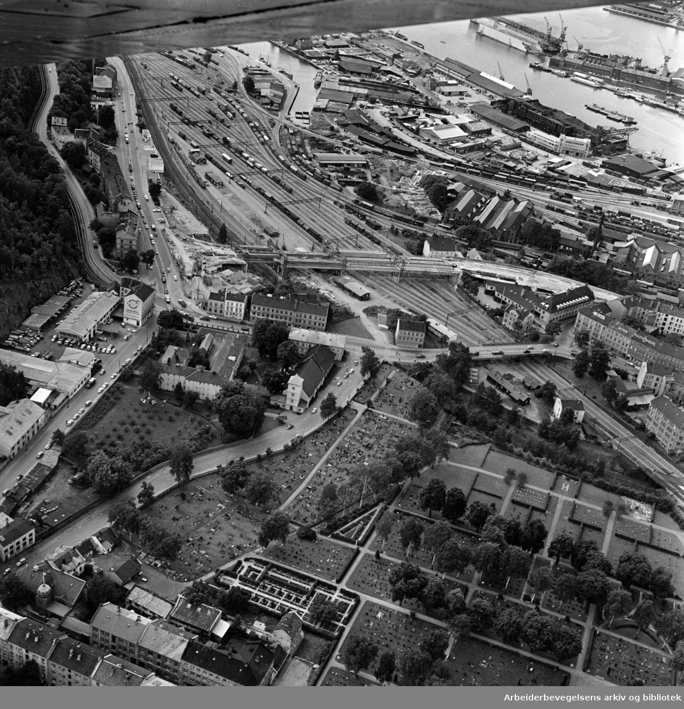 Loenga, den nye brua over jernbanens område. (Flyfoto).August 1962