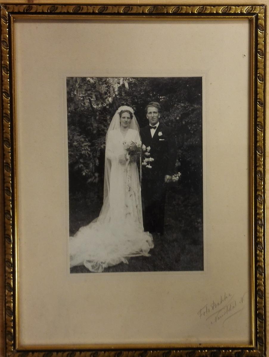 Brudeparet Kjellaug og Henrik Fløtre. Kjellaug f.Førde og Henrik Fløtre f.1921 gifte seg sommare n 1950. Ho var frå Bremanger, han frå Rugsund.