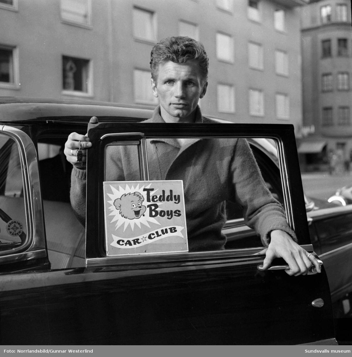 Raggarungdom på Köpmangatan. På en skylt i bilfönstret står det Teddy Boys Car Club.