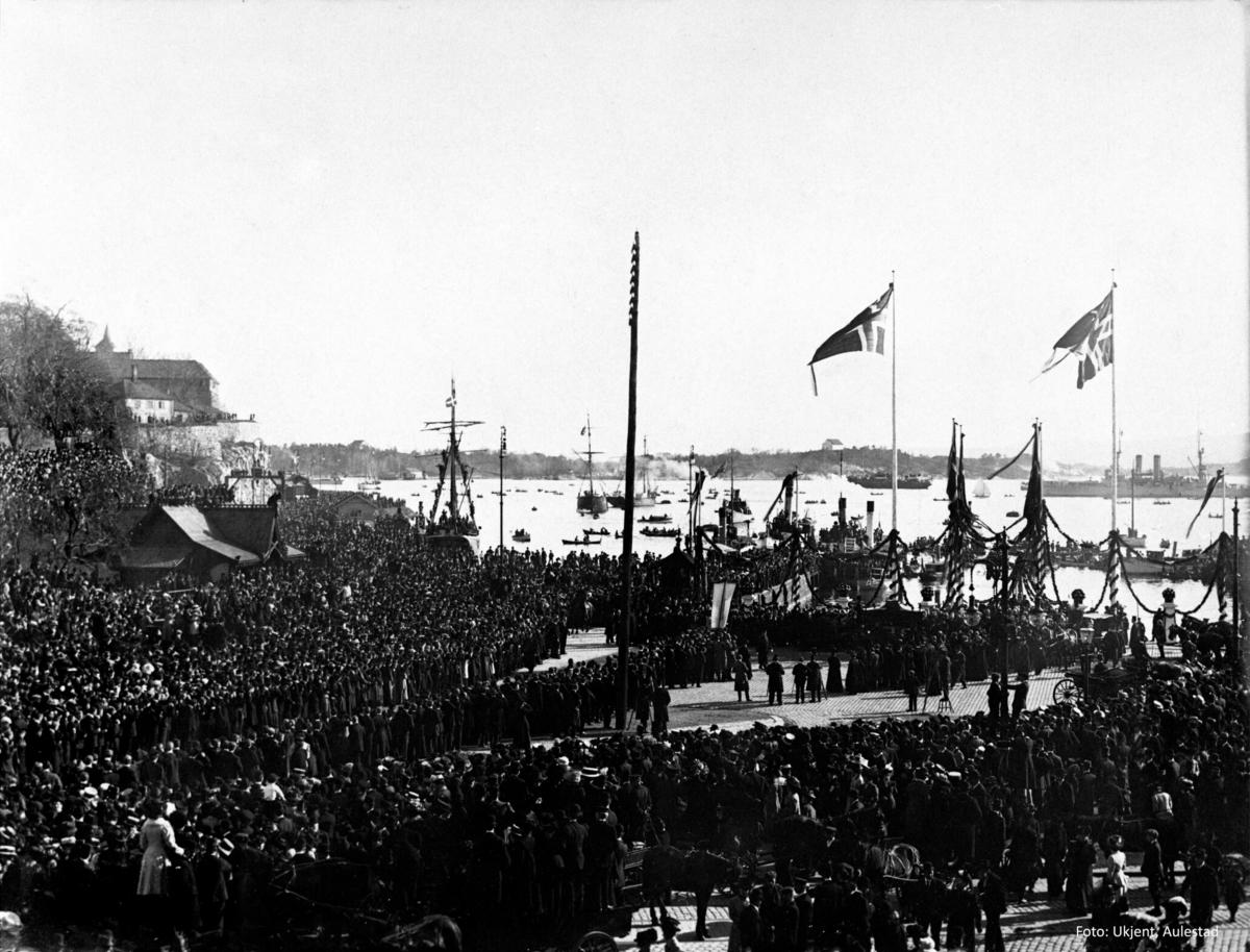 Folkesamling, båter, flagg, havn