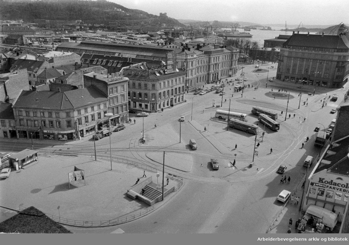 Jernbanetorget sett fra Hotell Viking. April 1971