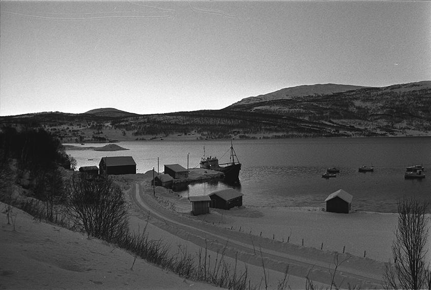 Vinterlandskap, båter og bygninger på Breistrand.