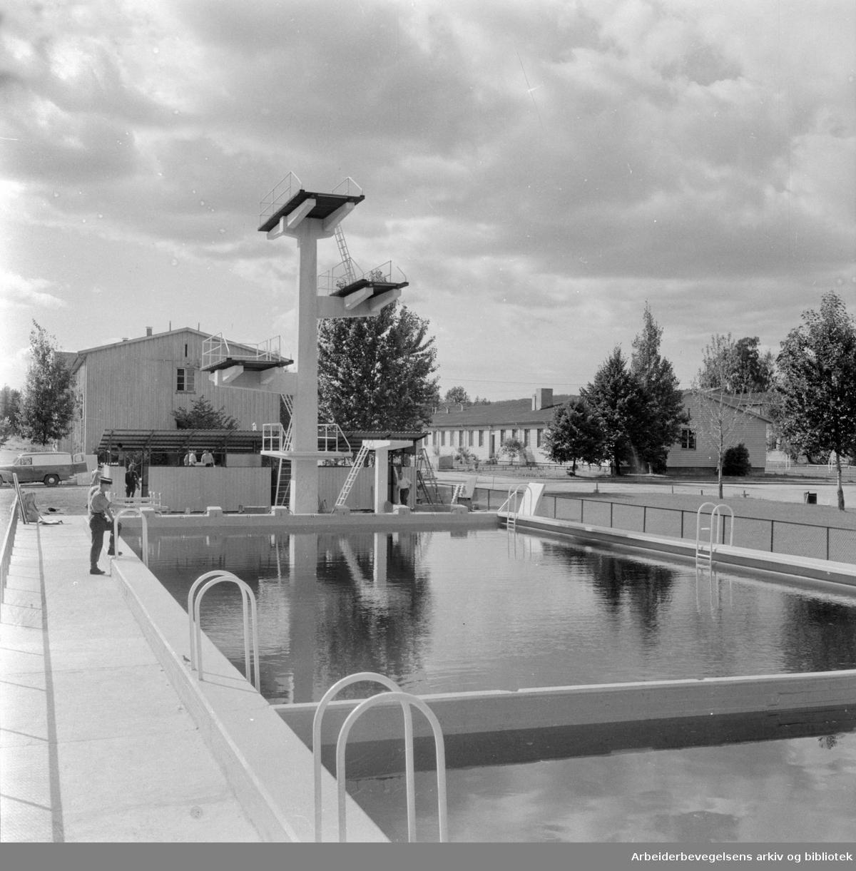 Husebyleiren. Gardens svømmebasseng. August 1957