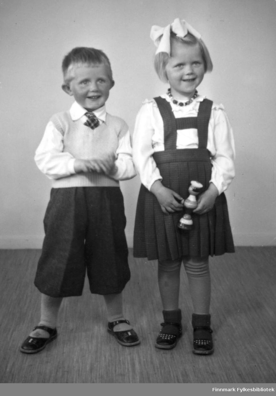 Even og Jorunn. 3 og 5 år. Familiealbum tilhørende familien Klemetsen. Utlånt av Trygve Klemetsen. Periode: 1930-1960.