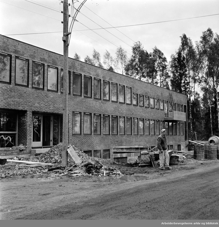 Grorud / Romsås. Nytt hus USBL, Ungdommens selvbyggerlag. Juni 1965