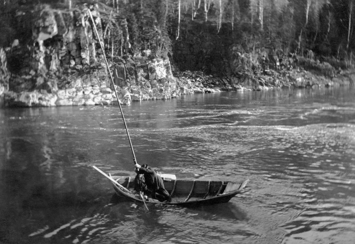 Såkalt «sikstanging» i den nedre delen av Gudbrandsdalslågen tidlig på 1900-tallet.  Dette hovfisket foregikk i sikens (Coregonus lavaretus) gytetid – omkring månedsskiftet september-oktober – i et par høler i den nedre delen av vassdraget.   Egentlig var dette et nattefiske, så den situasjonen vi ser på dette bildet ble nok arrangert for at fotografen, fiskeribiologen Hartvig Huitfelt-Kaas, skulle få en mulighet til å observere hvordan siken ble fanget.  Fiskeredskapen var en hov, der ringen var lagd av greiner fra gran, som ble påsatt en nettpose og montert på et langt treskaft.  Huitfeldt-Kaas (1917) beskrev hoven slik: «Dimensionerne er følgende: høiden ca. 1 m., bredden 1,5 m., mens selve hovsækken er ca. 2 m. dyp.  Denne sidste er forarbeidet av not med en maskevidde av 1 tomme (26 mm) mellem knuterne.  Hovstangen, som er noget tykkere end en almindelig kjelkestav og sammenspleiset av to deler, har en længde av 22 alen (13,82 m.).  Huitfeldt-Kaas' beskrivelse av sikstanginga er gjengitt under fanen «Opplysninger».