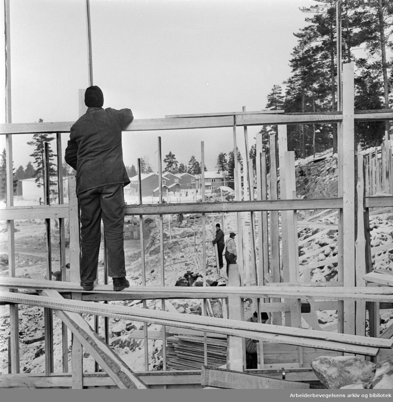 Bølerlia. Her skal det stå seks klasserom ferdige til det nye skoleåret begynner. Februar 1963