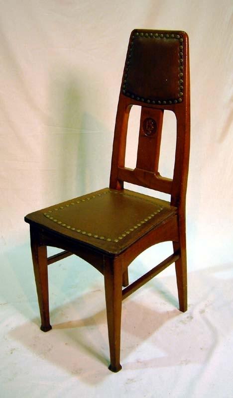 Stol av ek. Bakbenen släta och raka, frambenen släta, nedtill på benen lökformade ansvällningar i jugendinspirerad stil. Tvärslåar mellan fram- och bakben. Stoppad ryggtavla och sits klädd med brunt skinn med mässingsnitar runtom klädselns kanter. I ryggstödet en lodrätt stående rektangulär ryggbricka med bokstäverna BJ utskuret i relief i trät  (= Bergslagernas Järnväg). Sitsens undersida består av brädor av trä.     I museets samling ingår sammanlagt sju stycken likadana stolar från SWB (se Jvm 19002:1-5  samt Jvm 10491:1-2) som förvärvats vid annat tillfälle och som skiljer sig från denna stol genom att ha bokstäverna SWB inskuret i ryggen. Stolarna beställdes och tillverkades samtidigt trots att beställarna var olika bolag: Stockholm-Västerås-Bergslagens järnväg respektive Bergslagernas Järnväg.    SWB och BJ beställde restaurangvagnar med inredning för tåg som trafikerade Göteborg-Stockholm via Ludvika. Dessa vagnar levererades av Atlas 1906. Efter några år hade trafiken ökat så mycket att ytterligare restaurangvagnar behövdes. SWB beställde en och BJ en. Vagnarna levererades 1915 från Kockums, och de är från dessa vagnar de ovan nämnda restaurangvagnsstolarna kommer. BJ´s vagn hette AB03 36 och omlittererades till R0 på 1930-talets mitt. Samtidigt genomgick restaurangvagnarna en modernisering och hade plats för 40 gäster.  Järnvägsbolaget Stockholm-Västerås-Bergslagens järnvägar (SWB) började köra tågtrafik på sträckan Stockholm-Köping 1875. SWB förstatligades 1945.