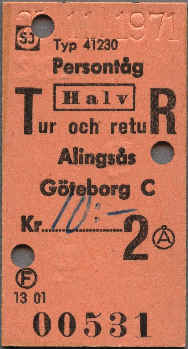 """Edmonsonsk biljett av brunrosa kartong med tryckt svart text: """"SJ Persontåg Halv Tur och retuR Alingsås - GÖTEBORG C Kr 10:-00 2"""".  Priset är handskrivet på en punkterad rad. SJ står inom en cirkel med biljettens färg samt en svart ram runtom. Biljetten har datumet 25. 11. 1971 präglat högst upp samt tre hål efter biljettång. F och Å står med en cirkel runt bokstäverna. När biljettången användes blev också """"2827"""" och """"2804"""" präglat på baksidan intill hålen. Biljettnumret """"00531"""" står i nederkant. Det finns tre dubbletter med annat datum, biljettnummer och präglad text efter biljettången, i övrigt identiska med originalet."""