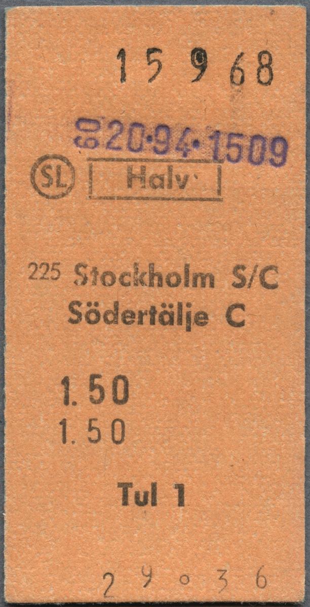 """Brun Edmonsonsk biljett med tryckt text i svart: """"SL Halv Stockholm S/C-Södertälje C 1.50 Tul 1"""". Ordet """"HALV"""" är inramat och """"SL"""" har en cirkel runt sig. Biljetten har datumet """"15 9 68"""" stämplat i svart, högst upp. Längst ner står biljettnumret """"29036"""". Det finns lilafärgade siffror efter en stämpel.  Det finns två dubbletter med andra datum och biljettnummer än originalbiljetten."""
